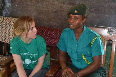 ガーナの入国管理局のスタッフと高校生ボランティアが、児童売買について討論