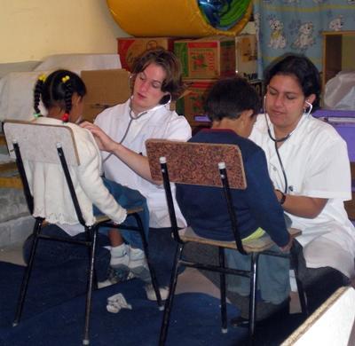 ボリビア、健康管理を手伝う十代参加者