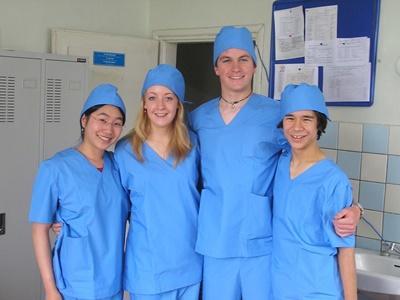 モンゴル、病院で手術着に着替える医療ボランティア