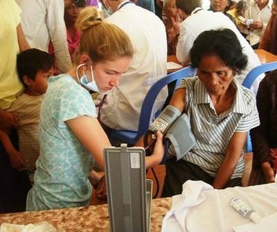 カンボジア、医療プロジェクト、血圧を測る十代参加者