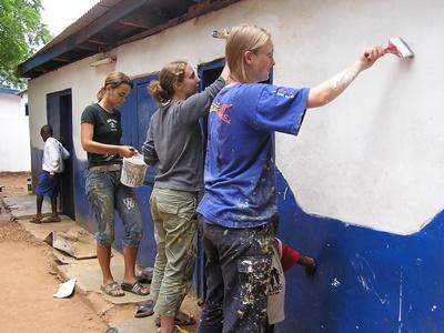 西アフリカ、ガーナ、学校を塗装する高校生ボランティア