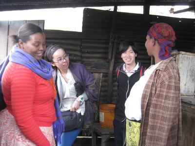 アフリカのタンザニアでマイクロファイナンスインターンシップ中の日本人インターンたち
