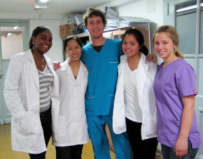 国際経験を得る海外インターンシップ アルゼンチンで医療インターンシップ中の大学生インターンたち