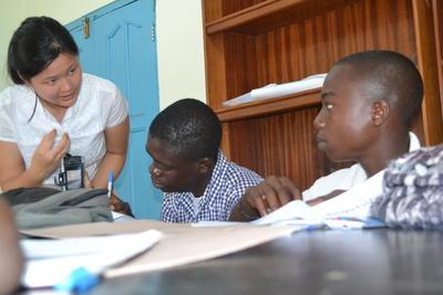 ガーナで、現地の子供たちに法律&人権についての教育を行う日本人インターン