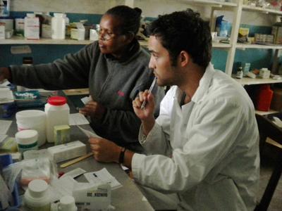 アフリカのタンザニアで、短期の国際医療インターンシップに参加中のインターン