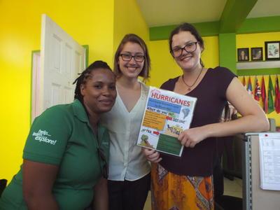 ジャマイカでハリケーンに備えてポスターの作成に貢献する災害管理インターンの様子