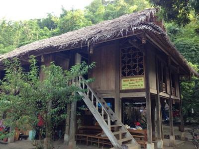 ベトナムの村落開発を行う伝統的なマイチャウの家屋