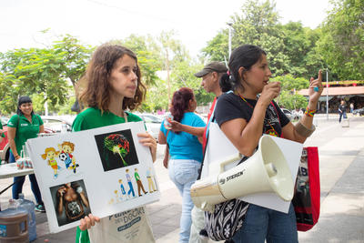 メキシコで栄養失調問題への認識促進活動に励む国際開発インターンたち