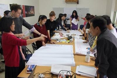ベトナムの国際開発プロジェクトで会議中のインターンたち