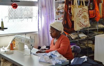 南アフリカ、インターン生が働くスモールビジネス、服を縫う女性