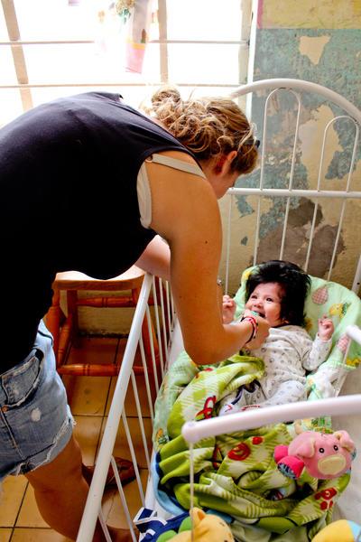 メキシコで幼児のケアにあたる社会福祉インターン