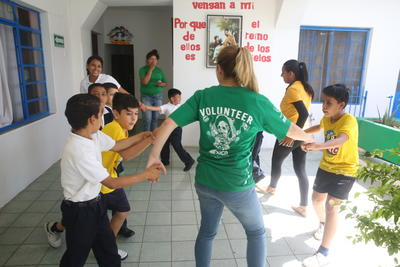 メキシコで社会福祉インターンシップ インターンと現地の子供たち