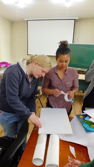 社会福祉インターンたちがモンゴルで教材作成にあたっている様子