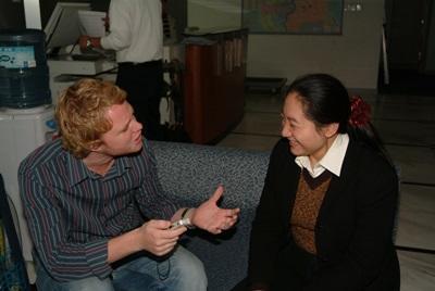 中国、ジャーナリズムプロジェクト、ミーティング中のインターンとスタッフ