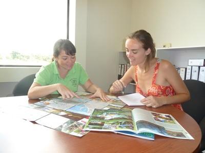 コスタリカ、ジャーナリズムプロジェクト、ニュースを分析するスタッフとボランティア