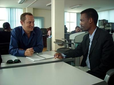 エチオピア、ジャーナリズムプロジェクト、ミーティングをするスタッフとボランティア