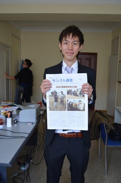 モンゴルの出版社で日本語新聞出版に携わる日本人インターンの様子