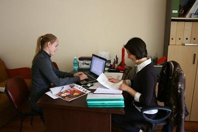 ルーマニア、インタビューをするアメリカ人ボランティア