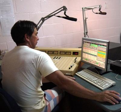 サモア、ジャーナリズムプロジェクト、ラジオショーを録音するインターン