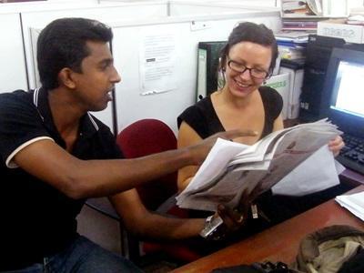 スリランカ、現地のジャーナリストがインターンをサポート
