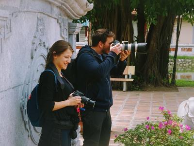 東南アジアのベトナムでジャーナリズムの海外インターンシップ 取材中のインターンたち