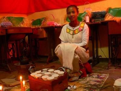 伝統衣装に身を包むエチオピア少女