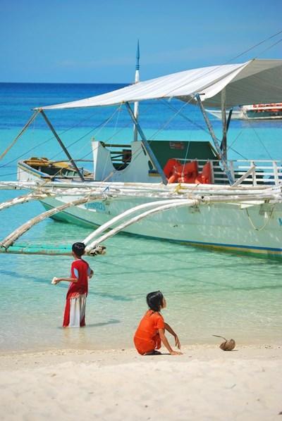 フィリピン、ビーチで遊ぶフィリピンの子供達
