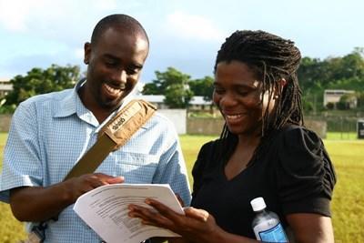 英語を学ぶ生徒とジャマイカ人先生