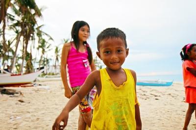 海辺で遊ぶフィリピン人の子供