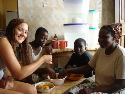 ガーナで語学留学 ガ語を学ぶボランティアと現地人ホストファミリー
