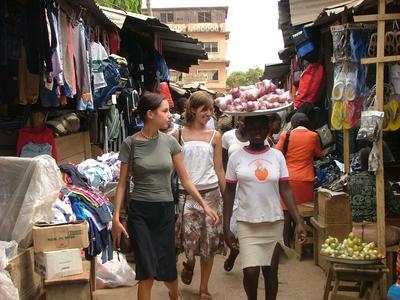ガーナで語学留学 ガ語を学ぶボランティアが現地のマーケットを訪れた時の様子