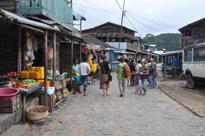 プロジェクトアブロード ボランティアがオリエンテーション中に地元のマーケットを訪問