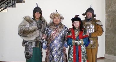 モンゴル、モンゴルの伝統衣装に着替え文化体験をするプロジェクトアブロードボランティア