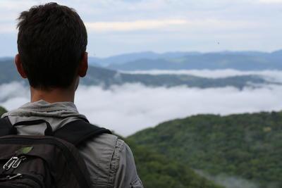 コスタリカでスペイン語留学中にハイキングを楽しむ留学生