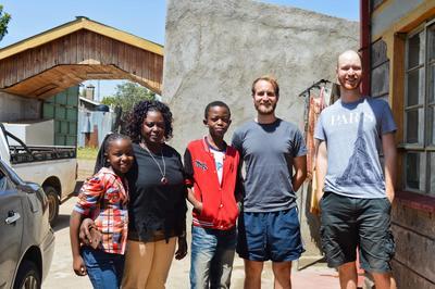 ケニアで語学留学 スワヒリ語を学ぶボランティアとケニア人ホストファミリー