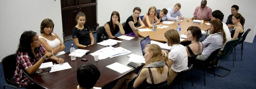 人権保護プロジェクトのミーティングでのプロジェクトアブロードボランティア