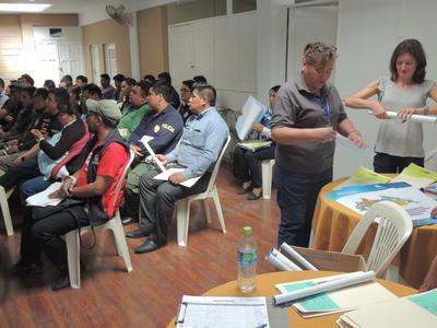 ボリビアで人権保護の海外インターンシップ 人身売買防止についてのプレゼンテーションを聞く現地の人々