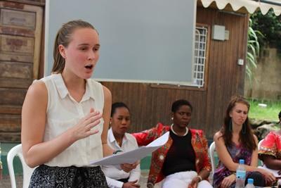 法律&人権プロジェクトインターンが、タンザニアで女性たちのためにプレゼンターを務めている様子