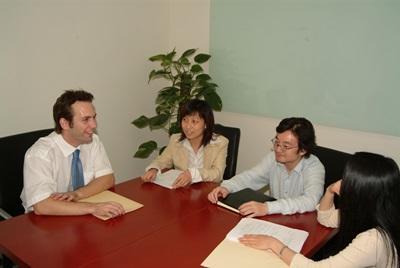 中国で法律の海外インターンシップ ミーティング中のインターンと現地スタッフ