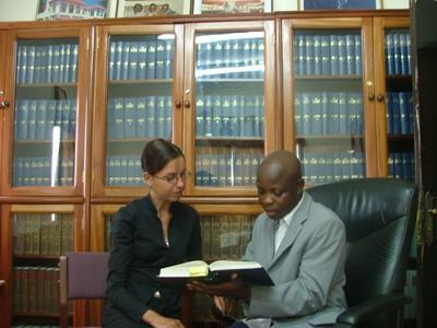 ガーナ、法律人権プロジェクト、スタッフと議論するプロジェクトアブロードボランティア