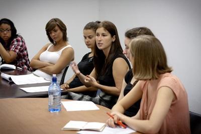法律人権プロジェクトのミーティングで発言するプロジェクトアブロードボランティア