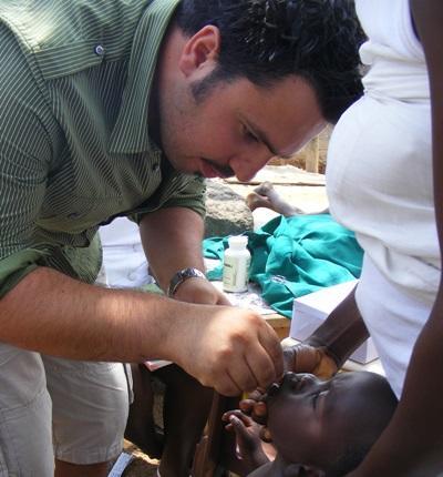 ガーナ、歯科衛生のチェックをするプロジェクトアブロードボランティア