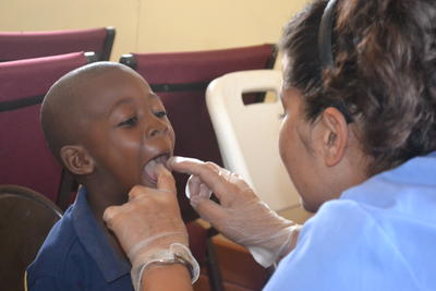 ジャマイカで歯科医療の海外インターンシップ 現地の子供に歯科衛生指導