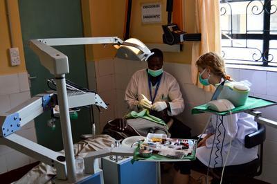 東アフリカのケニアで歯科インターンシップに参加中の歯科インターン