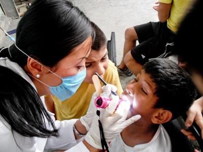 メキシコ、歯学プロジェクト、クリニックにて、歯科衛生チェックをするプロジェクトアブロードボランティア