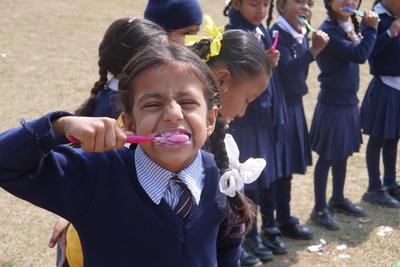 ネパールで歯科インターンシップ 現地の子供たちへの歯科衛生指導