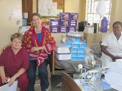 タンザニアスタッフと歯学プロジェクトボランティア