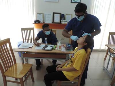 歯科インターンが、ベトナムで患者に処置を行っている様子