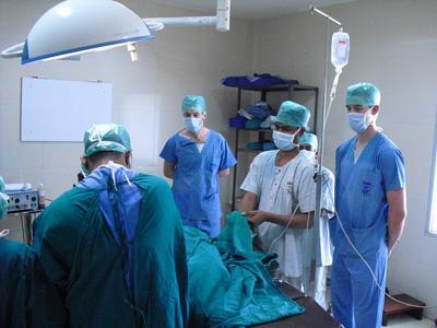 バングラデシュの手術を見学する医療インターン
