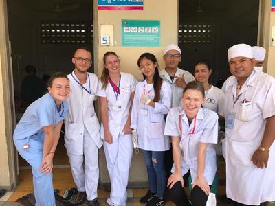 東南アジアのカンボジアの病院で国際経験を積む医療インターンたち
